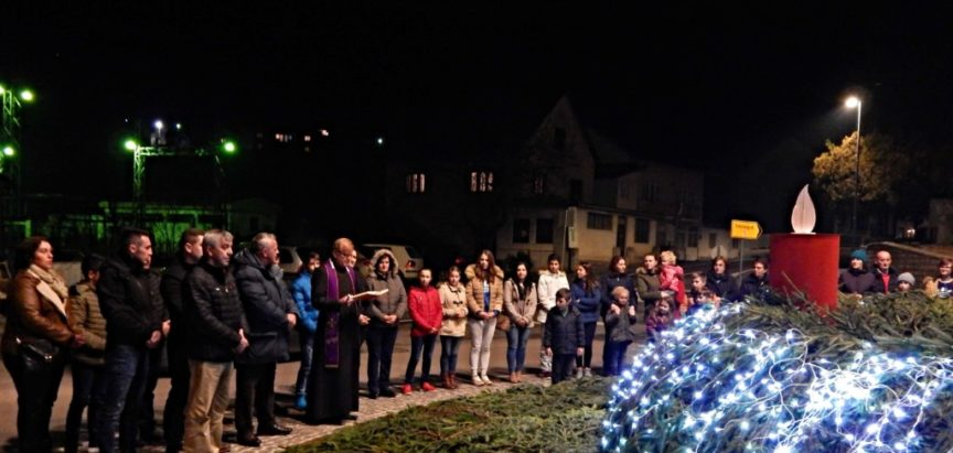 Foto: Večeras na kružnom toku u Prozoru svečano upaljena prva adventska svijeća