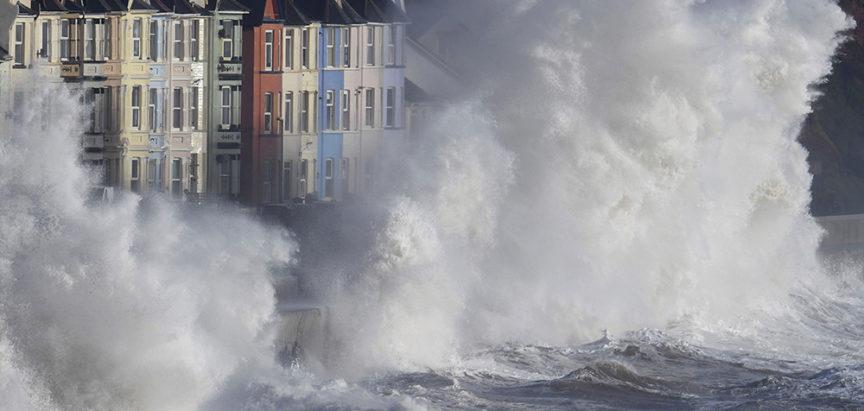 Ogromni valovi pogodili gradić u Engleskoj