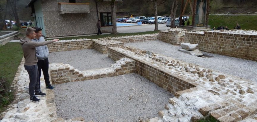 Foto: Husein Smajić organizirao arheološku izložbu o crkvi koju je pronašao