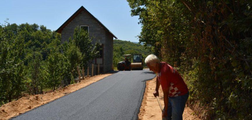 Foto: Borovnica dobiva asfaltni put, a izbora ni na vidiku