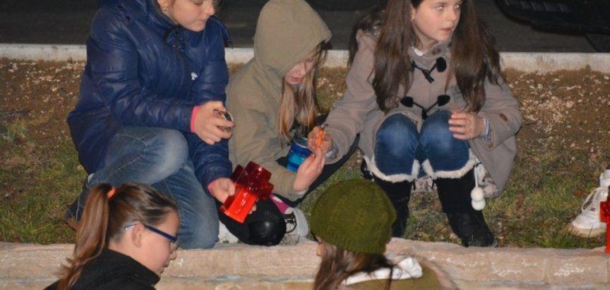 Foto: U Prozoru upaljene svijeće za Vukovar i Škabrnju