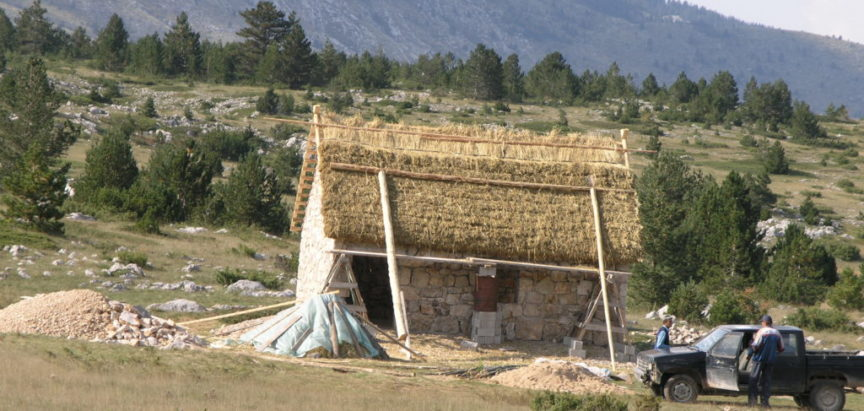 Zgrade u naseljima po planini i ispod planine Ljubuše