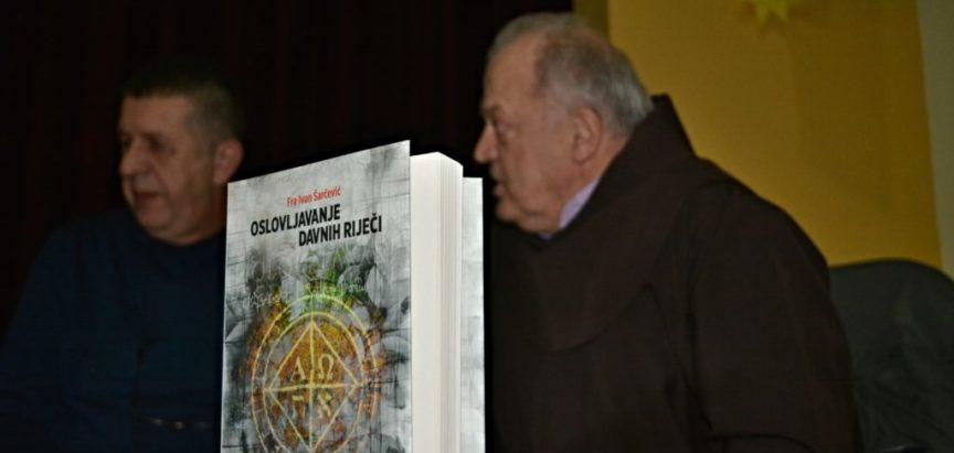 """Foto: """"Oslovljavanje davnih riječi"""" – knjiga prof. dr. fra Ivana Šarčevića predstavljena u Prozoru"""