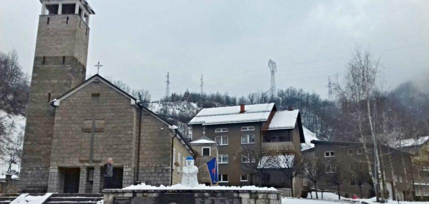 Foto: Na Gračacu uz čišćenje snijega nađe se vremena i za snjegovića