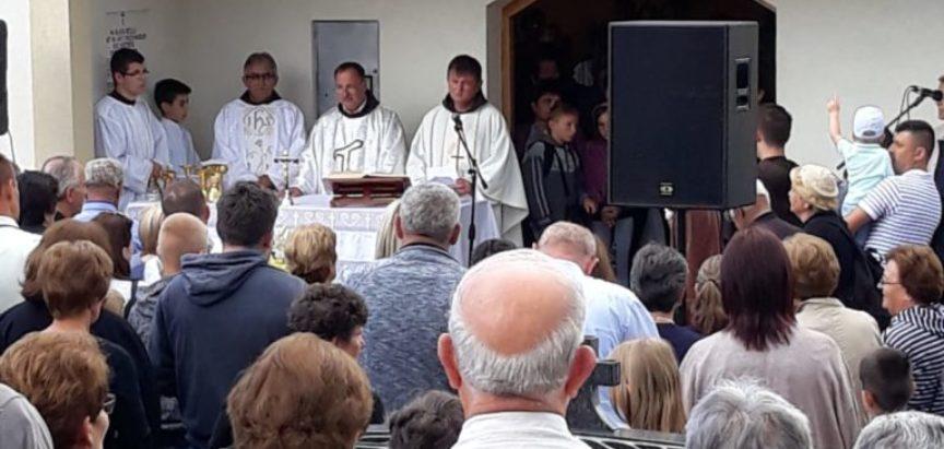 Foto: Hodočašće i molitva Svetom Anti na Gračacu, Kominu, Zvirnjači i Pidrišu