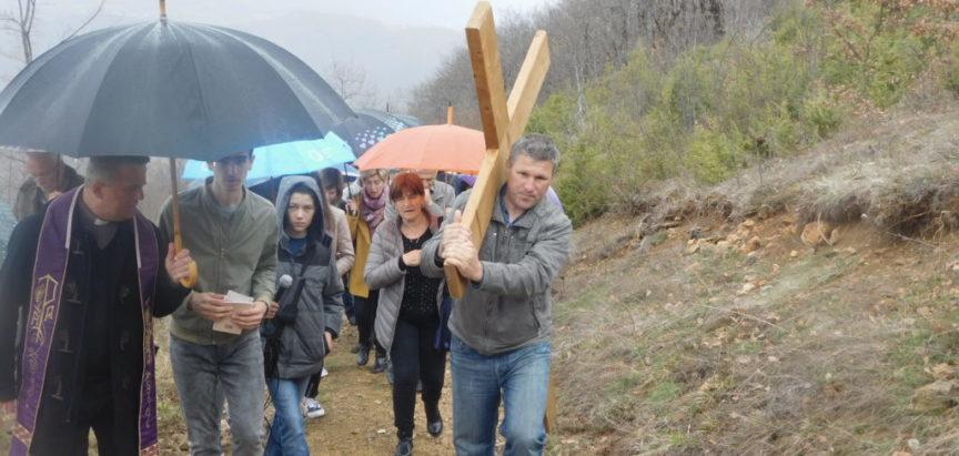 Unatoč kiši brojni vjernici na pobožnosti Križnog puta na brdu Gradac