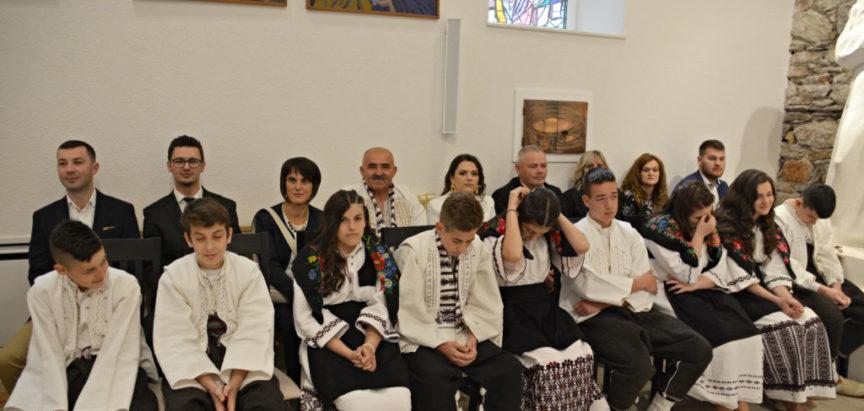 Foto: U župi svetog Ante Padovanskog Gračac potvrdu primilo 24 krizmanika