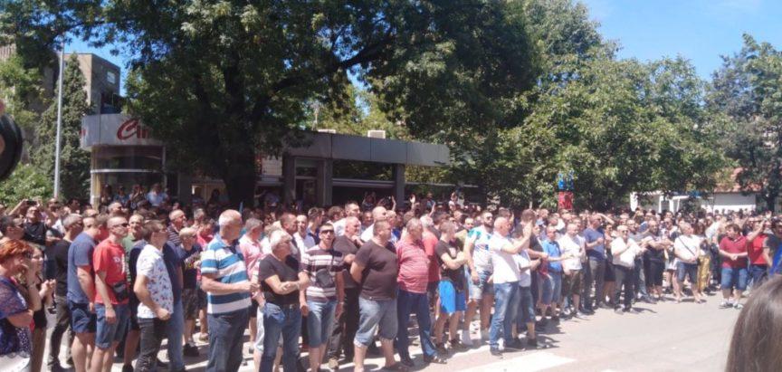 """U Mostaru pred zgradom HDZ-a prosvjedi radnika Aluminija koji su uzvikivali: """"Dragane, lopove!"""""""