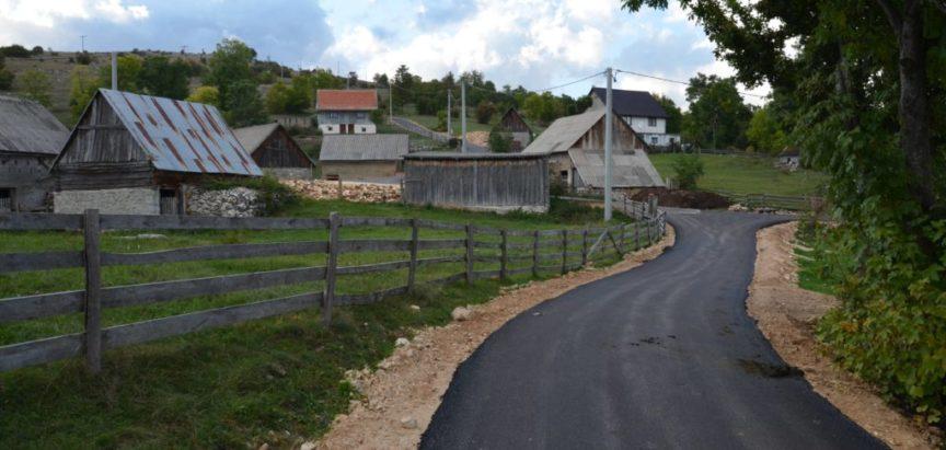 Foto/video: I na Kozlu se zacrnio asfalt
