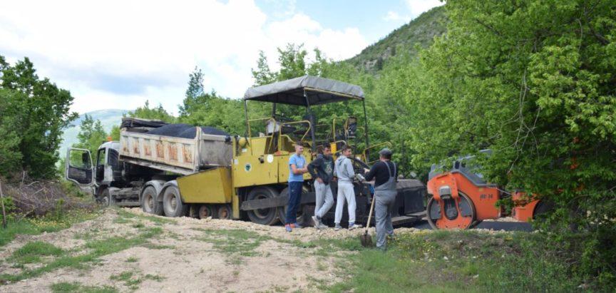 Foto: Započelo polaganje asfalta kroz naselje Ćališi
