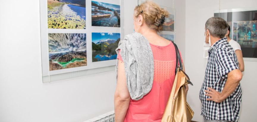 """U Centru za kulturu Mostar održana izložba fotografija """"U vodi svijet"""" te je tom prigodom nagrađen fotograf Mladen Topić"""