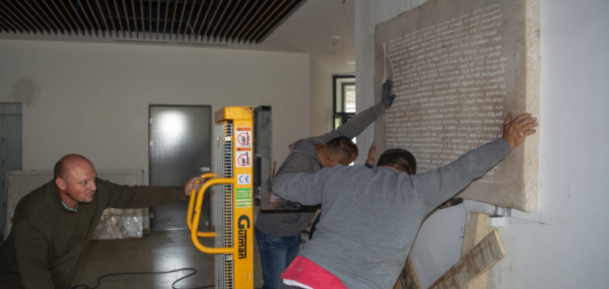 Foto: Postavljena kamena ploča Tvrtkove povelje u novoj zgradi općine