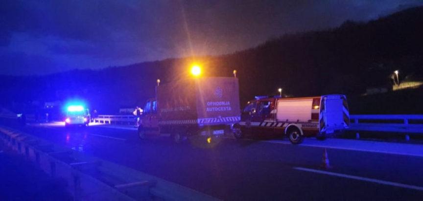 U teškoj prometnoj nezgodi na autoputu Lepenica – Kiseljak poginula tri mladića