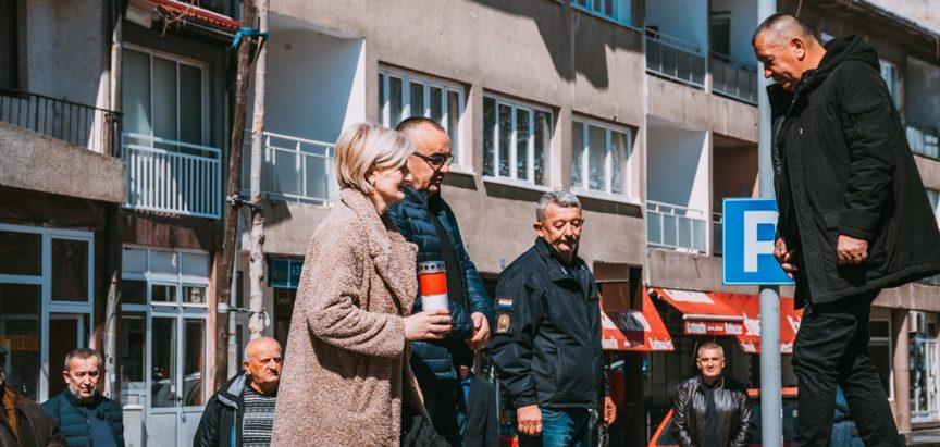 Predstavnici Koordinacija braniteljskih udruga Prozor-Rama položili vijence i upalili svijeće ispred spomenika poginulim braniteljima HVO-a