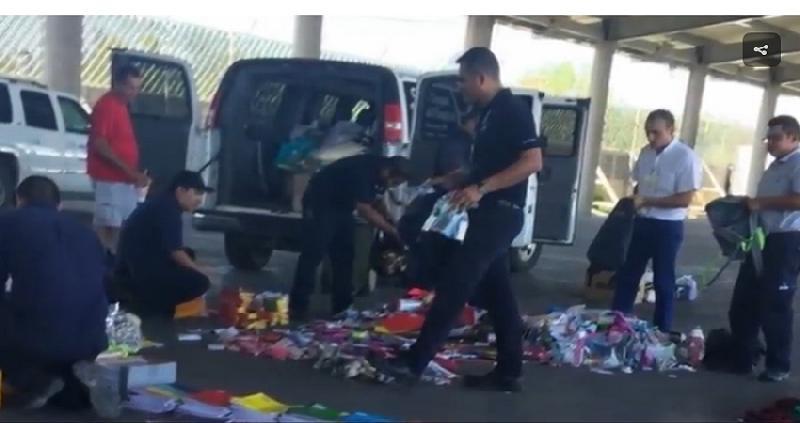 Decomisa aduana mochilas con útiles escolares a iglesias estadounidenses, denuncian prepotencia. ( video )