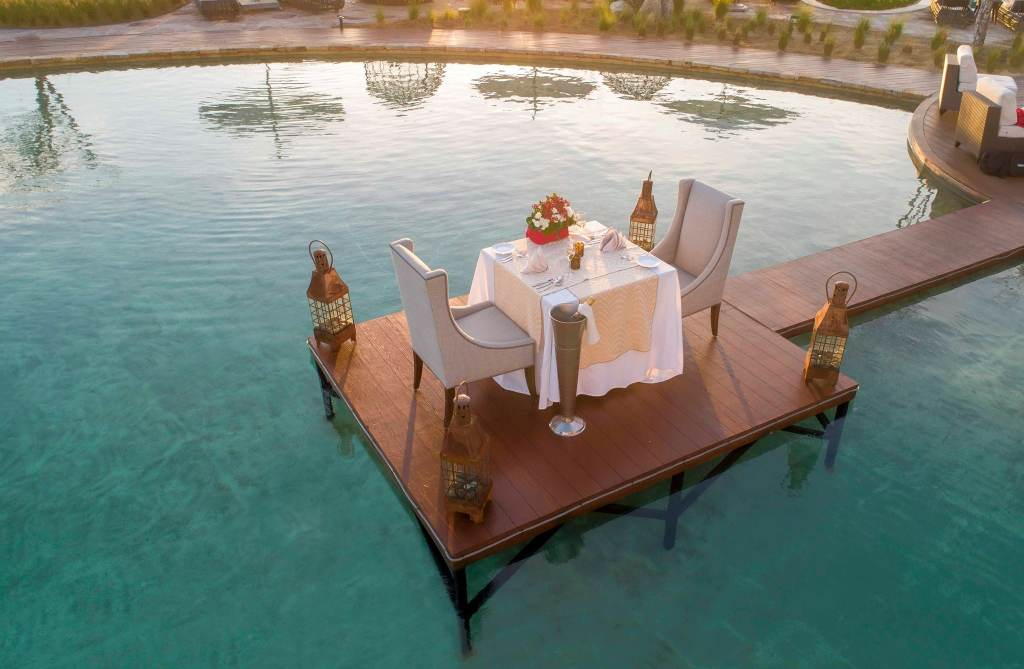 A romantic dinner for two at water's edge. Oh là là!