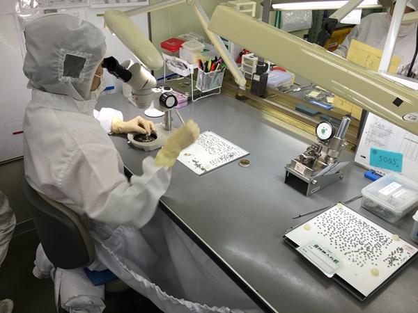 顕微鏡で確認しながら職人の手で1個ずつ時間をかけて組み立て