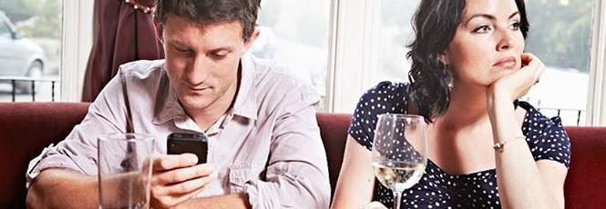 Homem-checando-celular-e-mulher-brava