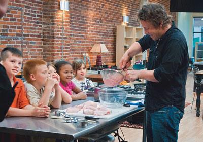 Jamie Oliver mostra o quão nojentos são os nuggets