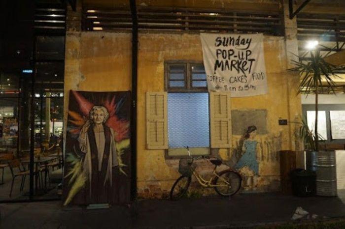 """El patio del Hin Bus Depot, a la izquierda el café """"Good Friends Never Bojio"""""""