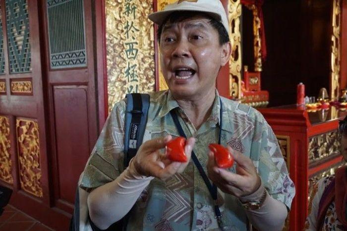 Desmond explicándonos el Jiaobei