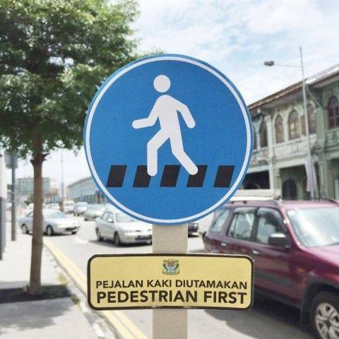"""Una de las muchas señales de """"Peatones Primero"""" que encuentras por la ciudad. Fuente: http://addonlife.com.my/pedestrian-is-king/"""