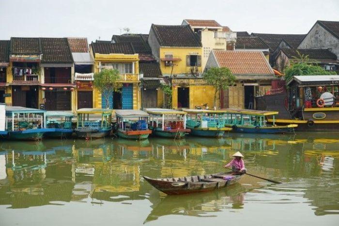 Las estrechas casas amarillas típicas de Hoi An bordean el estrecho río Thu Bon en el centro de la ciudad.