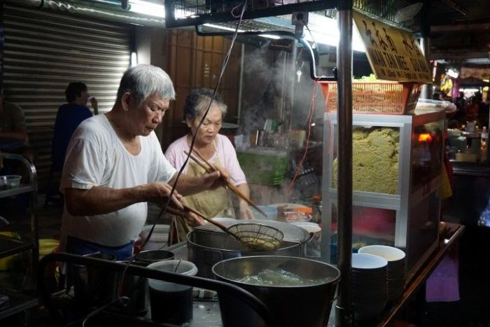 Abuelos preparando Wanton Mee en Chulia Street (George Town)