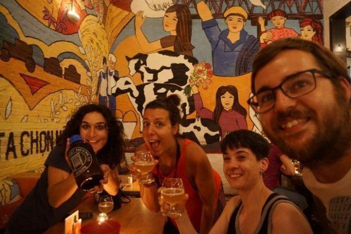 Vero, Inês, Delia y Chris disfrutando de cerveza artesana local en el bar Propaganda, en Ho Chi Minh