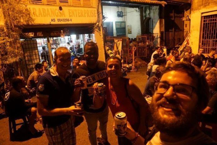 Nosotrxs tomando una cerveza fresquita en el Antarabangsa Enterprise con Bittor y Valentín: dos amigos que hicimos en Penang