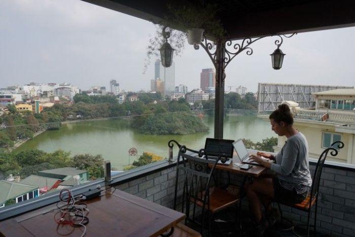 Inês trabajando con el lago Hoàn Kiem de fondo, en Hanoi.