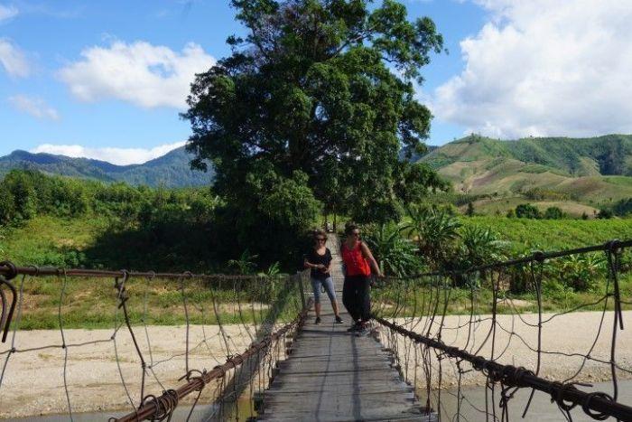 Inês y Lorena en puente colgante del tiempo de la guerra con unas vistas impresionantes (lo cruzamos muy despacito)