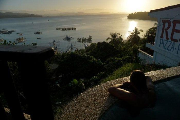 Viendo el atardecer desde la piscina del Peace and Love resort