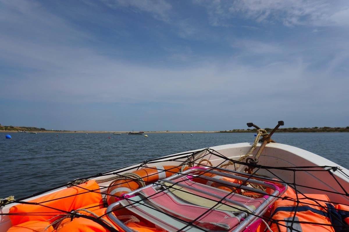 En el barco cruzando la Ría Formosa hasta la playa