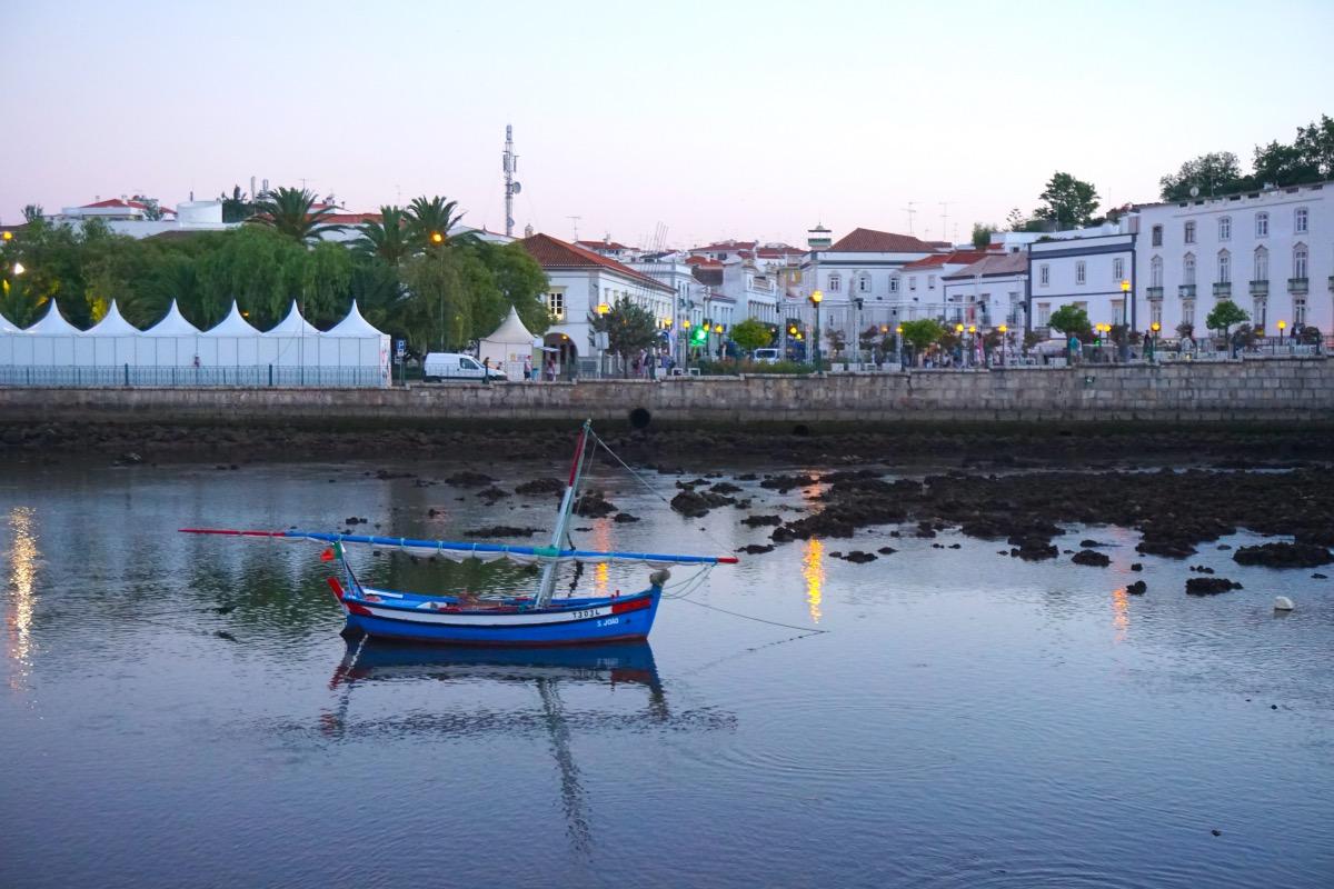 El centro de Tavira desde el río