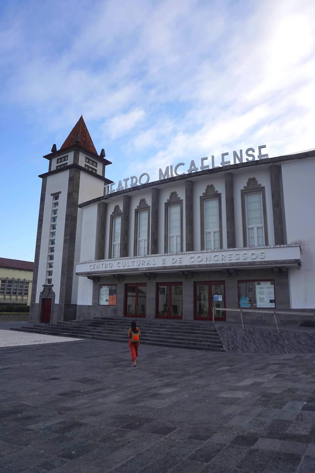 En la plaza del Teatro Micaelense