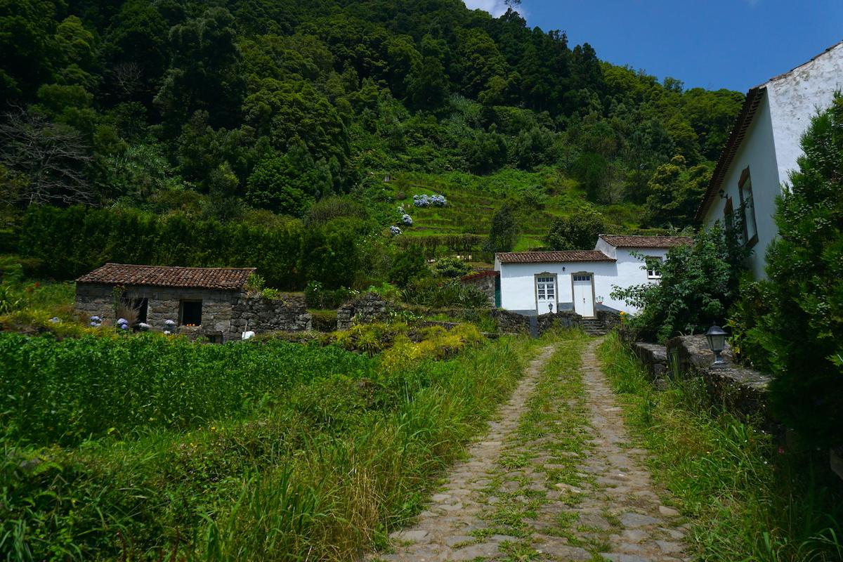 Sanguinho, aldea rural rehabilitada, al final del sendero