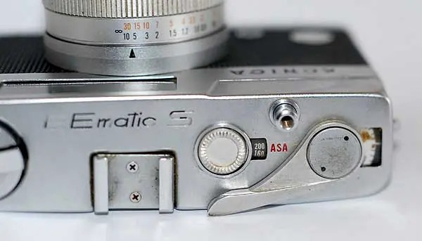 Top plate of the Konica EEmatic S. There is a cold shoe only.