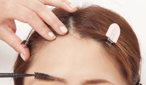 眉マスカラを使う時は、ブラシを行き来させながら眉の表と裏の両面に