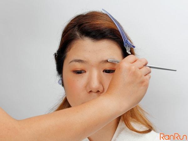 マスカラ液が乾いたら、コームかユクリューブラシで眉毛をとかす