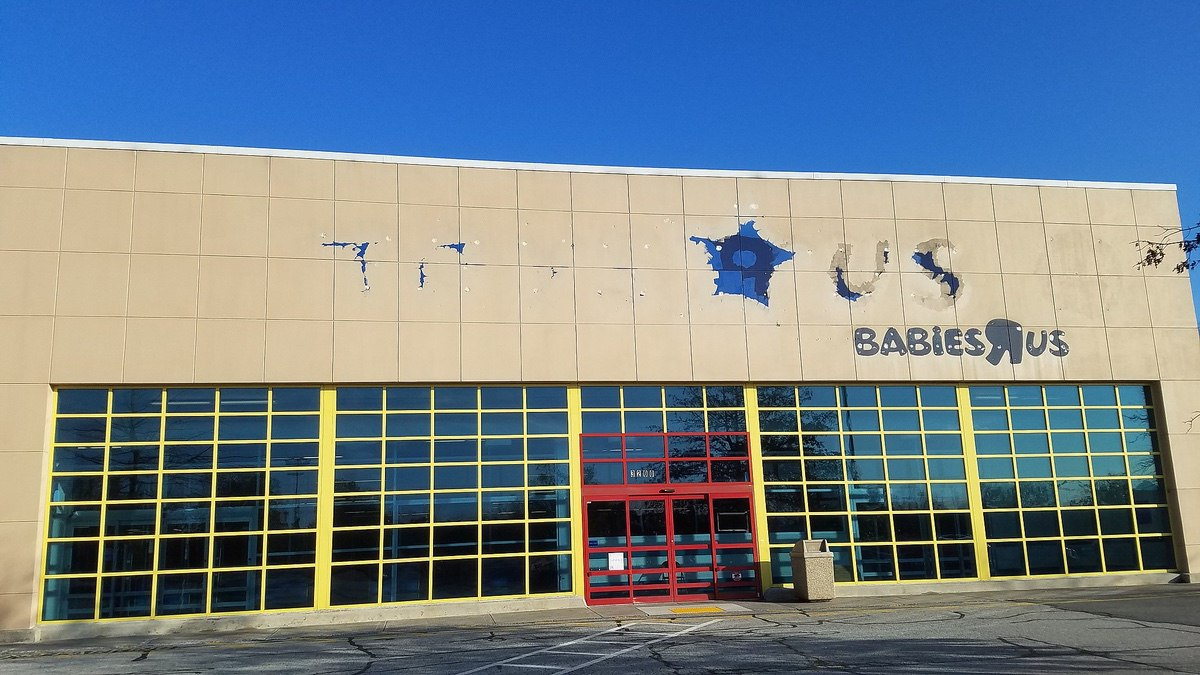A Toys R Us in Winston-Salem that has had its sign torn down after the company's bankruptcy and closure of its stores. (Source: Breawycker)