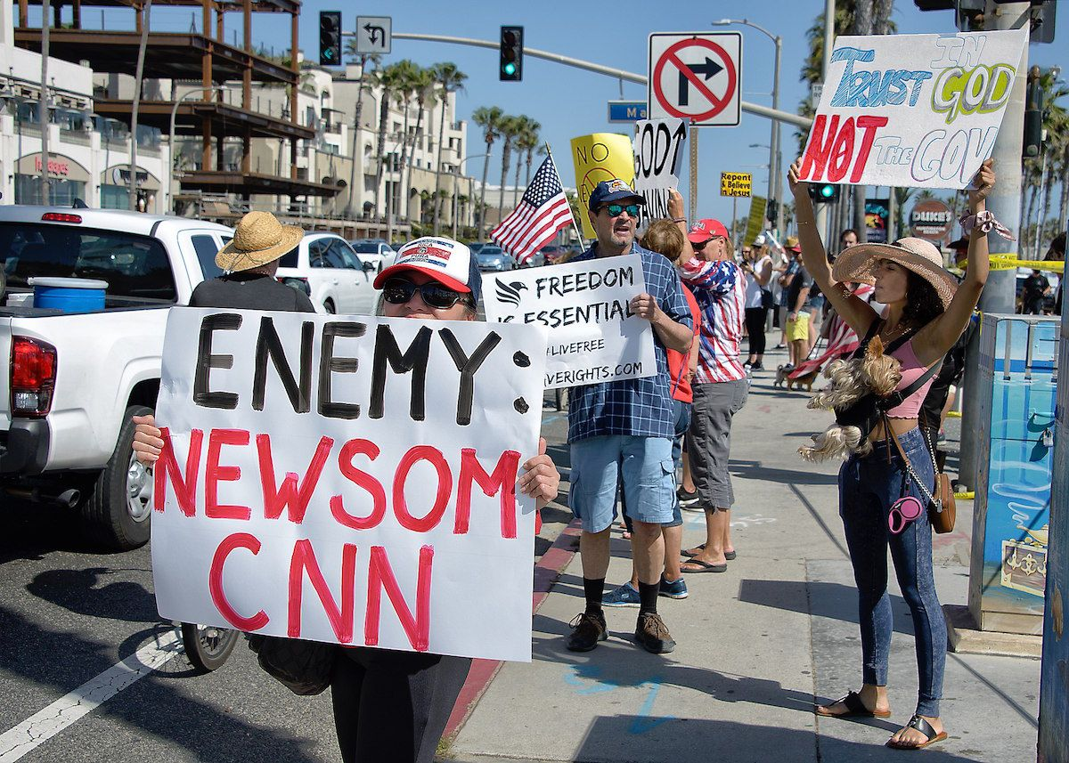 Protesters in Huntington Beach California demonstrate against the closing of all Orange County beaches by Gov. Gain Newsom – May 3, 2020. (Russ Allison Loar/Creative Commons)