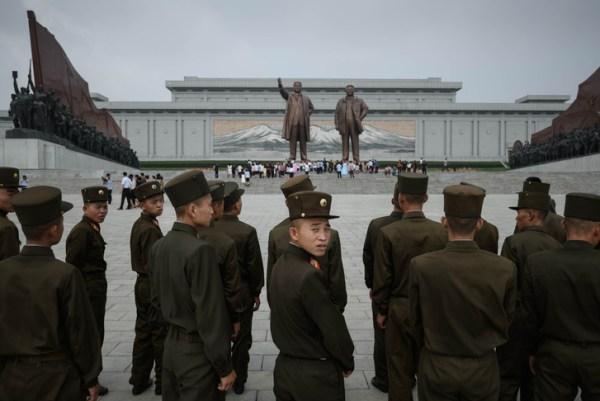 soldats-armee-populaire-coreenne-devant-statues-dirigeants-coreens-kim-il-sung-kim-jong-il-occasion-anniversaire-guerre-coree-colline-mansu-pyongyang-27-juillet-2018_0_728_486