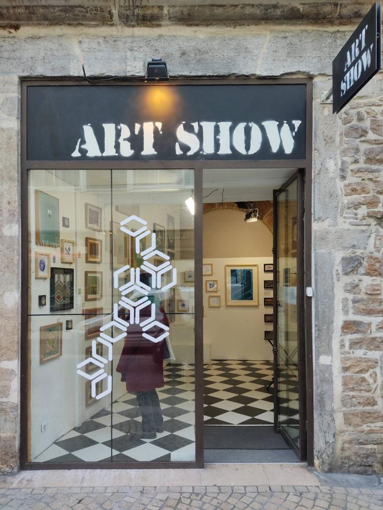 Exposition à la galerie Art Show, vue extérieure de la vitrine