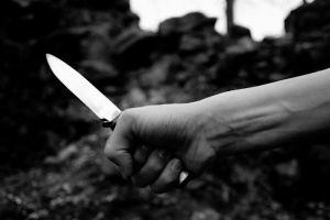 Messer in einer Burgruine - schwarzweiss