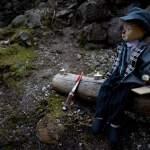 Clownpuppe wartet auf Holz in Burgruine