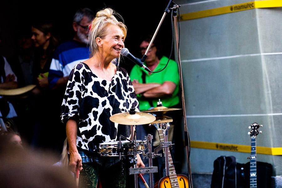 Strassenmusikerin in Bern mit Minischlagzeut
