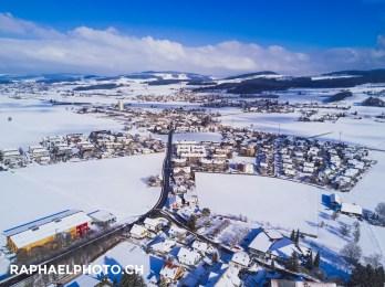 Luftfotografie vom Dorf Wichtrach im Winter