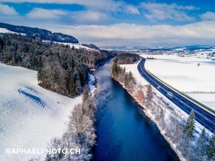 Verschneites Landschaftsbild vom Fluss Aare, die in Wichtrach von Bern ins Berner Oberland fliesst