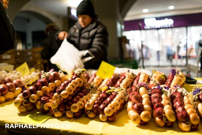 Marktstand mit Zwiebelzöpfen am Zibelemärit in Bern